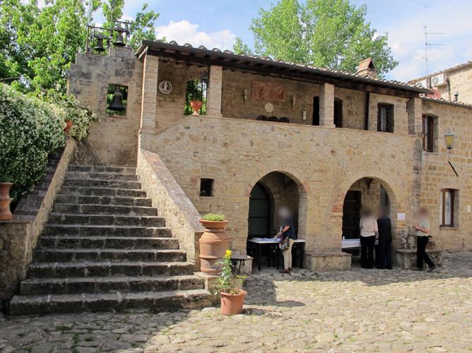 Castello_della_magione,_cortile_02