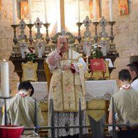 Santa misa en la iglesia de San Juan de Jerusalén en el Castillo la Maggione